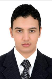 Osama Abdelkader vor weißer Wand