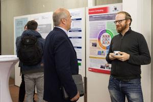 Dr. Hannig und Dr. Ziener im Gespräch vor einem SFB-Poster