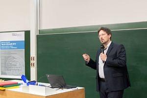 Oliver Keszöcze stehend während seines Vortrages