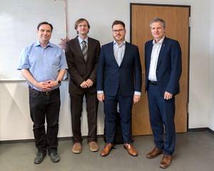 stehend im Aufenthaltsraum Informatik 12 von links Prof. Wanka, Prof. Köstler, Christiatn Schmitt, Prof. Teich