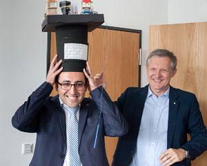 Prof. Teich überreicht Faramarz Khosravi den Doktorhut